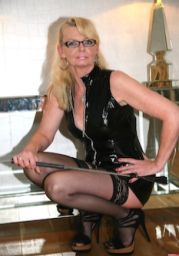 Lady-Xenia64 – Sklavin Yenia Teil 2 – Mit Riesen Vibro-Dildo meine Fotze gefickt